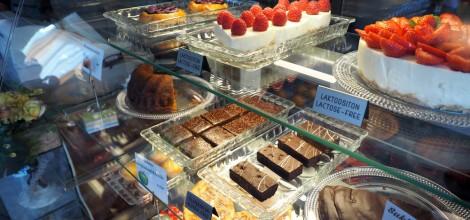 Villa Pentrystä myös herkulliset leivokset ja kakut kahvin kaveriksi.
